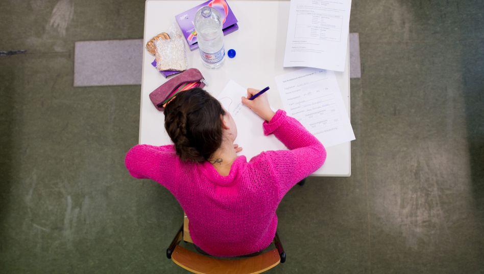 Abiturientin bei einer Klausur (Archivbild)