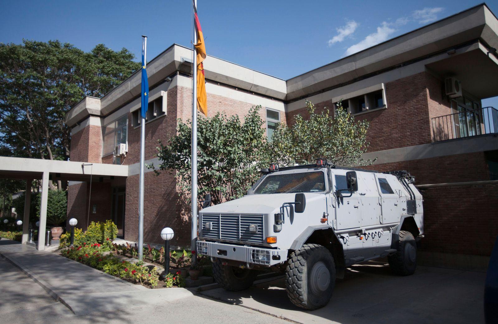 Umkämpftes Afghanistan - Dingo vor der Deutschen Botschaft