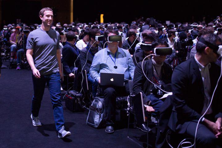 Keine Cyborgarmee, sondern Journalisten auf einer Samsung-Pressekonferenz