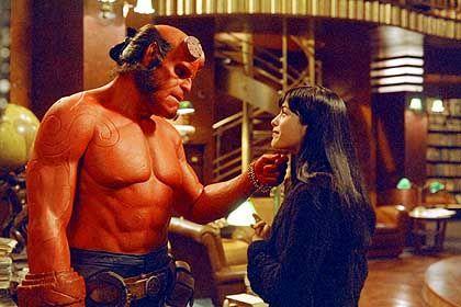 Hellboy (Ron Perlman) und Liz (Selma Blair): Liebenswerte Außenseiter