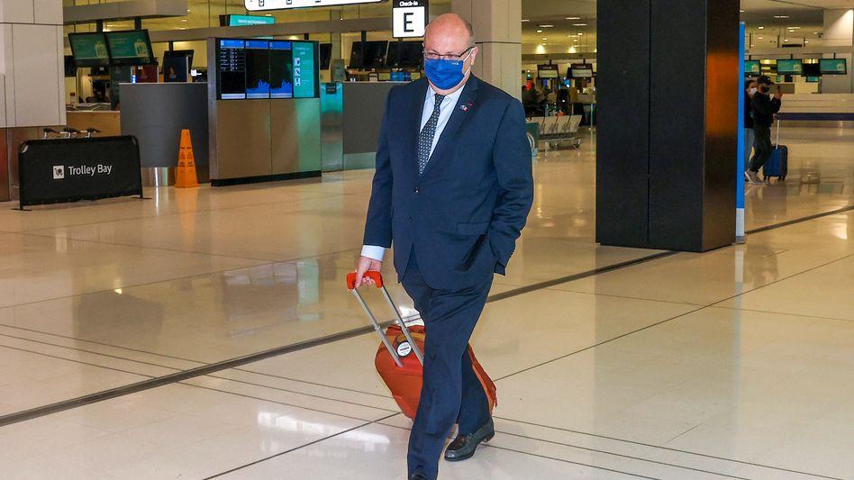 Frankreichs Botschafter Jean-Pierre Thebault vor dem Abflug aus Australien