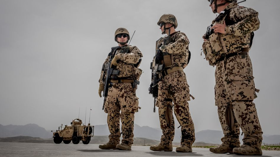 Soldaten der Bundeswehr bewachen einen Konvoi im Feldlager Camp Marmal in Masar-i-Scharif