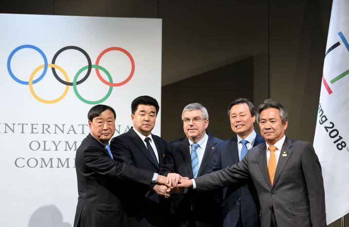 IOC-Präsident Thomas Bach mit Delegationen aus Nord- und Südkorea