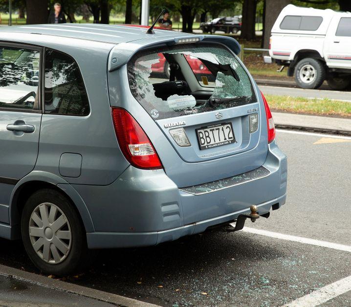 15.03.2019, Neuseeland, Christchurch: Ein geborstenes Autofenster ist nach Schüssen vor einer Moschee zu sehen. Bei Angriffen auf zwei Moscheen in der neuseeländischen Stadt Christchurch sind am Freitag mehrere Menschen getötet worden. Ein zerbrochenes Autofenster ist nach einer Schießerei in Foto: Martin Hunter/SNPA/dpa +++ dpa-Bildfunk +++  