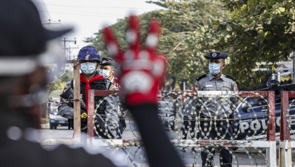 Polizisten beobachten eine Demonstration in Yangon: »Ich befürchte eine weitere Zunahme der Gewalt«