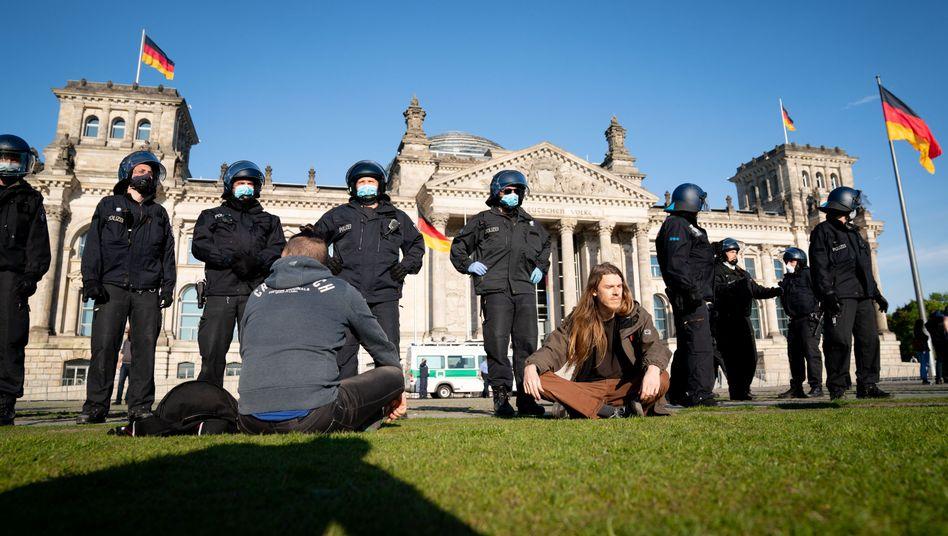 Polizisten sichern die Reichstagswiese: Hunderte Menschen demonstrierten ohne Genehmigung