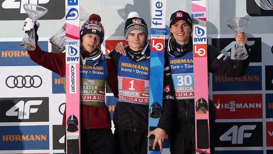Die Plätze zwei, eins und drei: Dawid Kubacki, Marius Lindvik, Daniel-André Tande (v.l.n.r.)