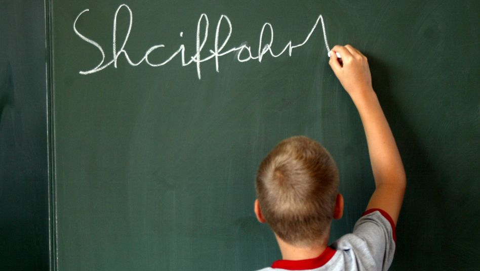 Schüler steht bei einem Schreibtest an der Tafel (Symbolbild)
