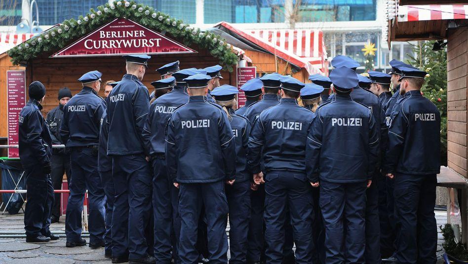 Polizisten auf dem Weihnachtsmarkt am Breitscheidplatz