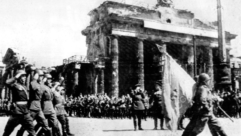 Soldaten der Roten Armee am Brandenburger Tor in Berlin, 20. Mai 1945