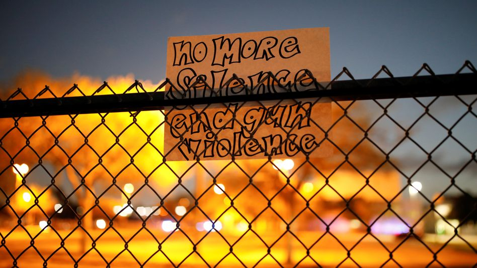 Schild an der Marjorie Stoneman Douglas High School