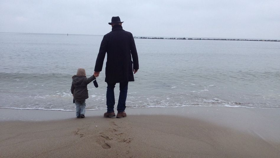 Torben Müller mit Tochter am Meer