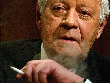 """Former German Chancellor Helmut Schmidt: Rapprochement with the Soviets was """"only possible with the military support of the Americans."""""""