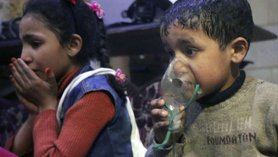 Ein Junge wird nach dem Angriff auf die Stadt Duma wegen Atembeschwerden behandelt
