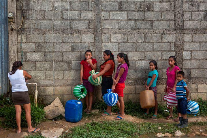 Warten auf Wasser: Auch Mädchen und Frauen in Guatemala sind von extremen Wetterschwankungen betroffen