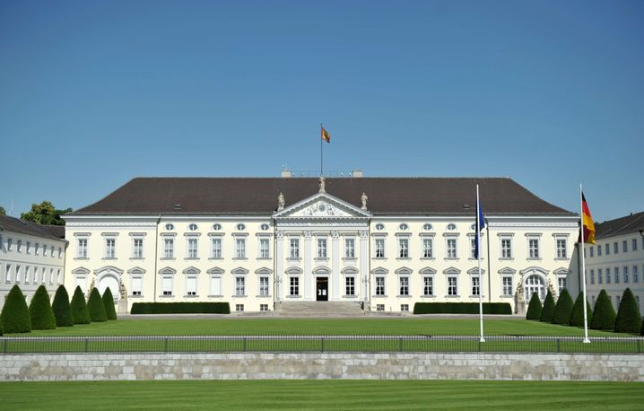 Normalerweise wirkt und leidet Bundespräsident Bob Schneider im Schloss Bellevue.