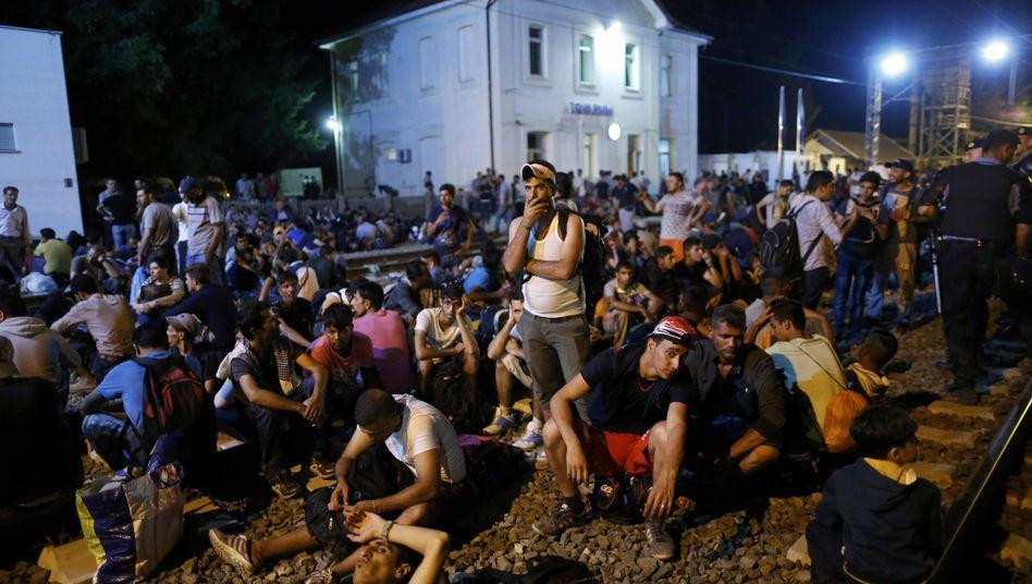 Flüchtlinge warten in Tovarnik, Kroatien