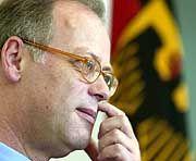 Verteidigungsminister Scharping: Nach sechs Monaten wegen Sehschwäche entlassen
