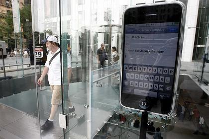 """iPhone-Attrappe in einem Laden an der Fifth Avenue: """"Die Apple-Verrückten werden das Ding vom Fleck weg kaufen"""""""