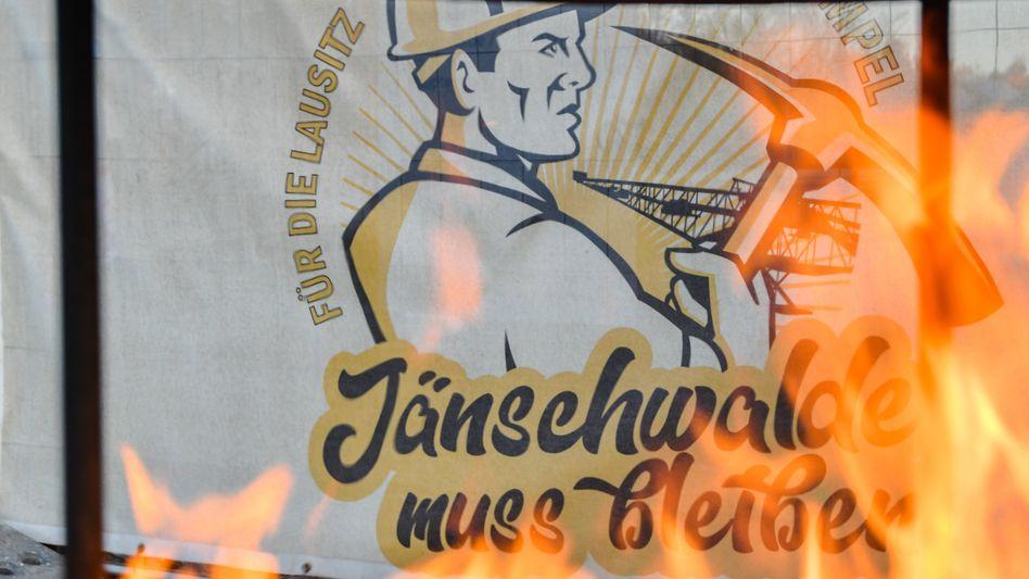 Protestplakat – für den Weiterbetrieb des Braunkohle-Tagebaus Jänschwalde in Brandenburg (Bild von Ende 2019)