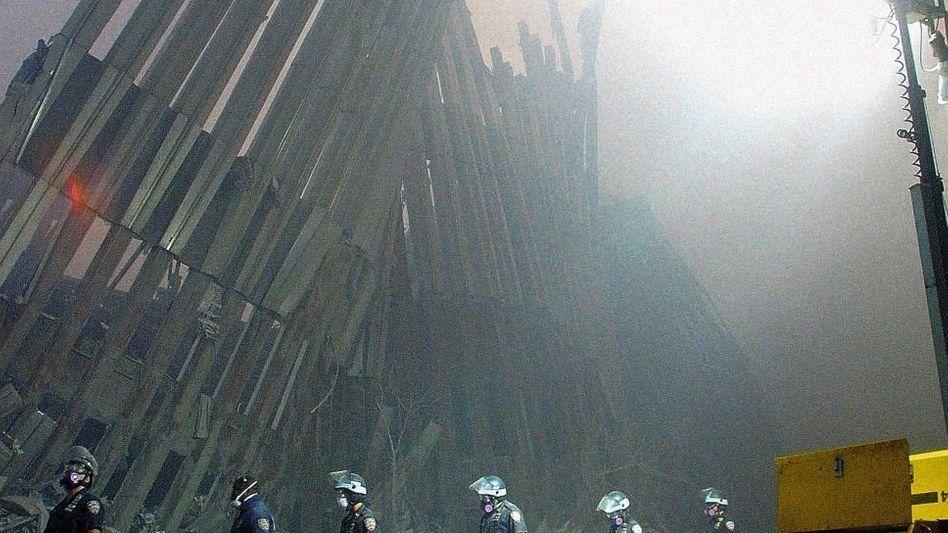 Trümmer des World Trade Center in New York nach dem Terroranschlag am 11. September 2001; al-Qaida-Führer Osama Bin Laden und sein ägyptischer Gefolgsmann Aiman al-Sawahiri im November 2001