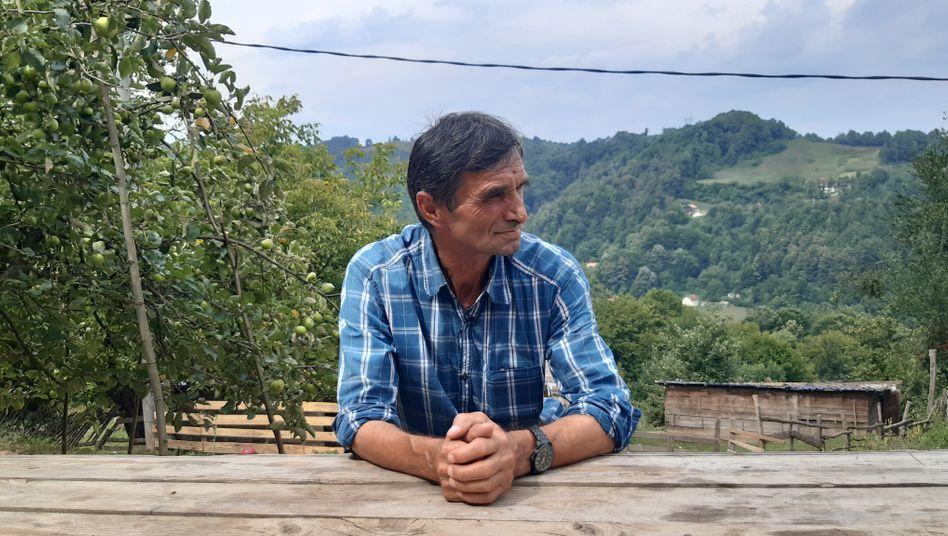 Ramiz Nukić findet auch ein Vierteljahrhundert nach dem Gemetzel noch Knochen und Kleidung der Toten