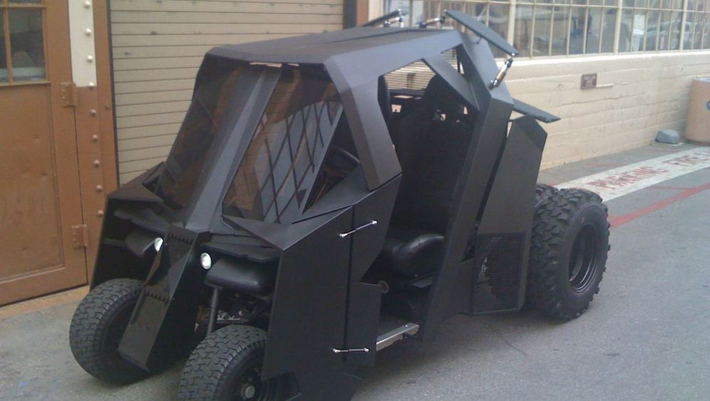Golfkart im Batmobil-Design: Mattschwarz übers Grün