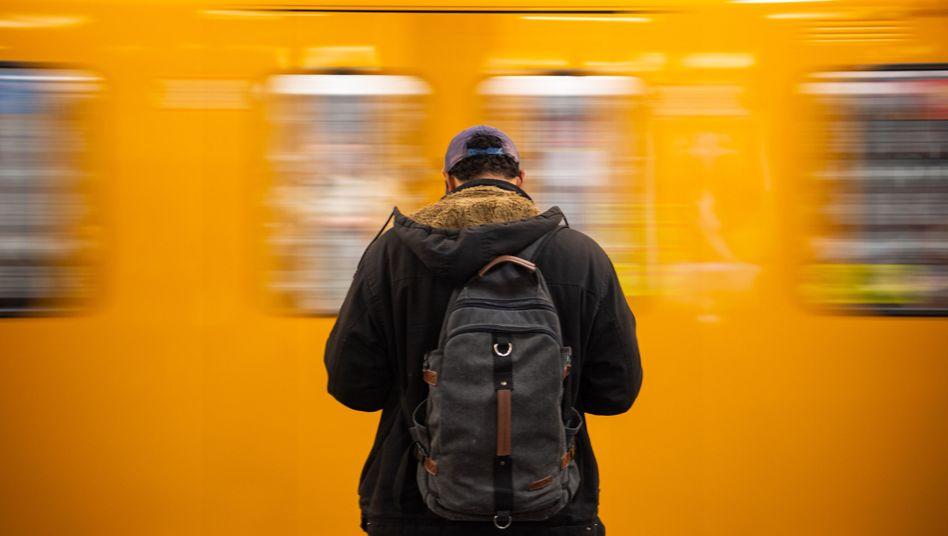 Mann in Berliner U-Bahnhof