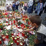 Blumen, Kerzen und Plüschtiere vor der Grundschule der ermordeten Michelle: Trauer und Anteilnahme in Leipzig