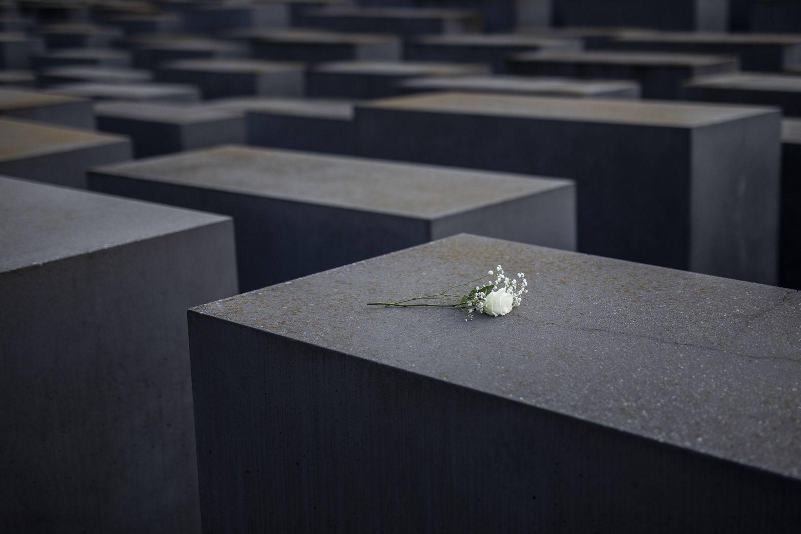 Blumen auf dem Holocaust-Mahnmal in Berlin, 27.01.2021. Heute jaehrt sich die Befreiung des Konzetrationslagers Auschwi