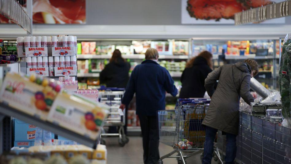 Kunden in einem Aldi-Markt in Velbert: Lagerbestände erhöht