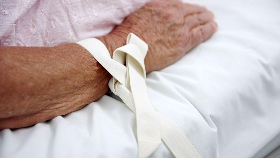 Fixierung einer Patientin: Der Nutzen freiheitseinschränkender Maßnahmen ist umstritten
