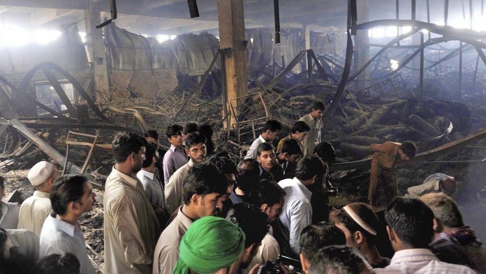 Ausgebrannte Fabrik: Trauer in Karatschi