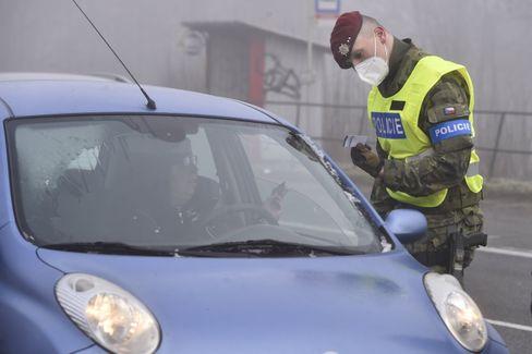 Ein Polizist kontrolliert die Corona-Bestimmungen in Tschechien