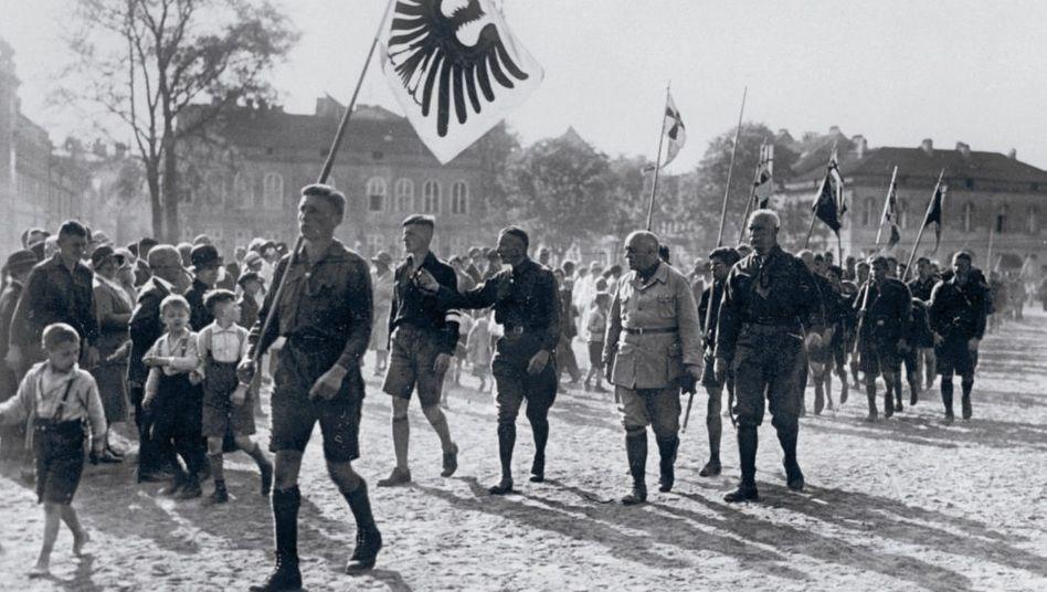 Aufmarsch der Bündischen Jugend mit dem früheren Stabschef der Kaiserlichen Hochseeflotte, Admiral Adolf von Trotha (M.), Potsdam 1929