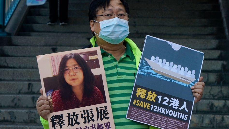 Ein Demokratieaktivist in Hongkong erinnert mit Plakaten an die »Hongkong 12« (r.) und die inhaftierte chinesische Journalistin Zhang Zhan