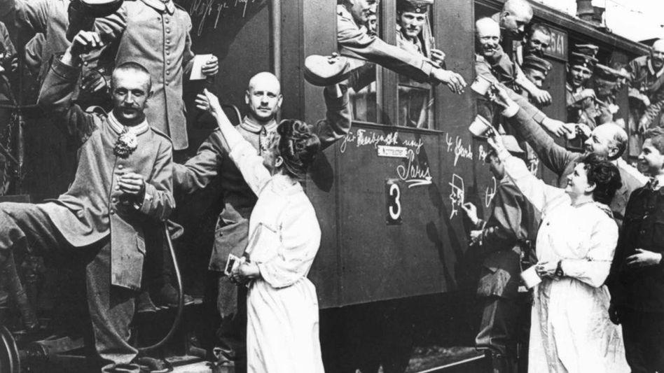 Deutsche Soldaten auf dem Weg an die Front 1914