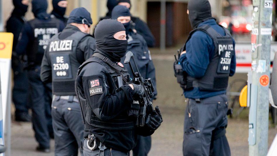 Polizisten in Berlin (Archivbild): Durchsuchungen in der Salafistenszene
