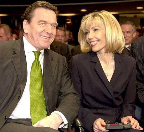 Turteln per SMS: Kanzler Gerhard Schröder und Gattin Doris