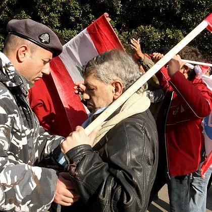Strenge Sicherheitsvorkehrungen: Ein Polizist kontrolliert einen Hariri-Anhänger