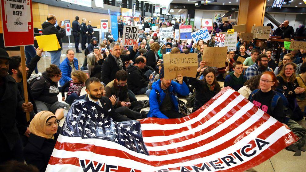 Protest an US-Flughäfen: Mit Sitzblockaden gegen Trump