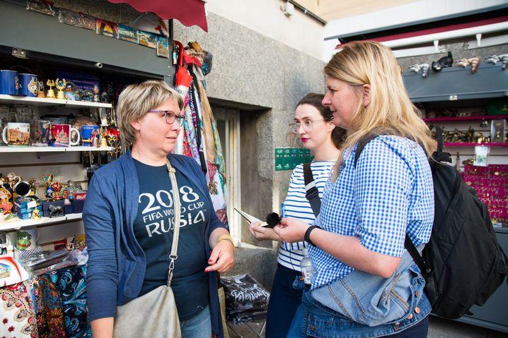 Marianna bei der Arbeit an ihrem Stand. Beim Gespräch mit SPIEGEL-ONLINE-Korrespondentin Christina Hebel und Mitarbeiterin Katharina Lindt