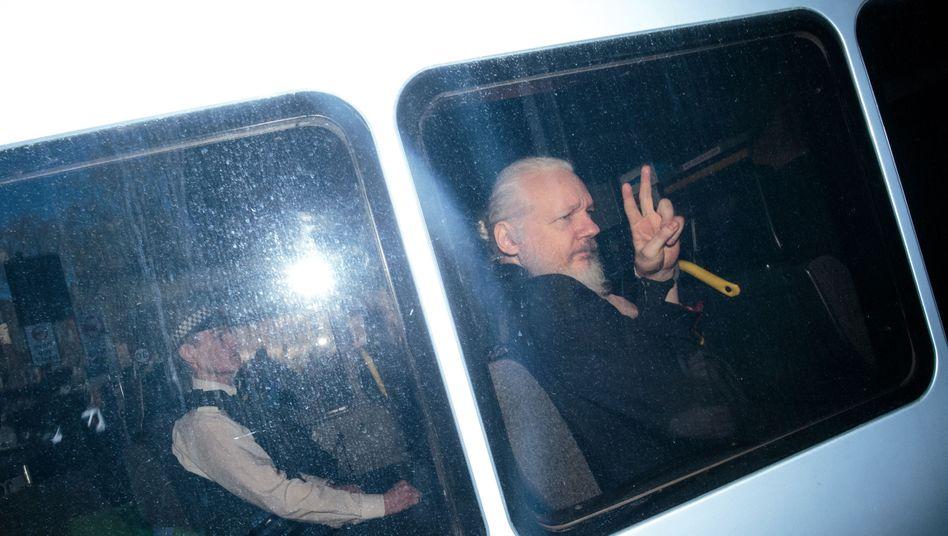 Julian Assange nach der Verhaftung in London