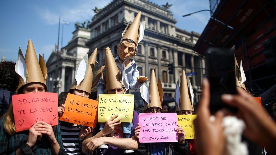 Demonstranten mit Puppe des Präsidenten Mauricio Macri