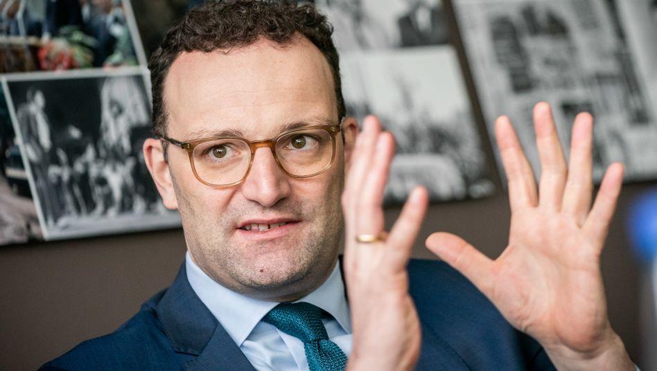 Jens Spahn: Klubs und Fußballtribünen bleiben länger zu