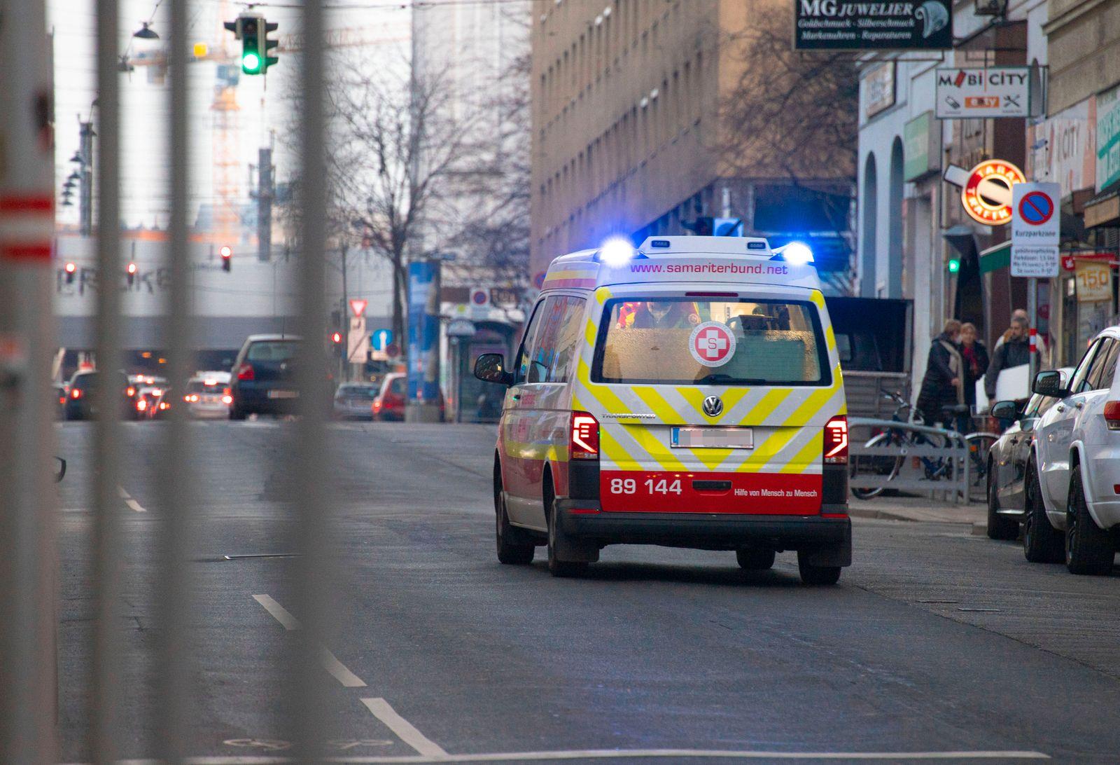 Wien: Rettungswagen im Einsatz *** Vienna, Austria: Ambulance car in service Ein Krankenwagen des Wiener Samariterbunde