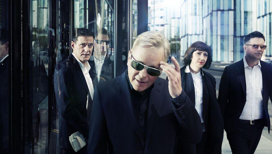New Order im Jahre 2015: Peter Hook hätte sich nicht als Businessman verkleidet