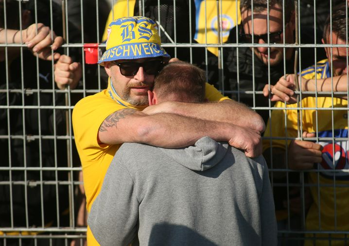 Lieberknecht in den Armen eines Fans