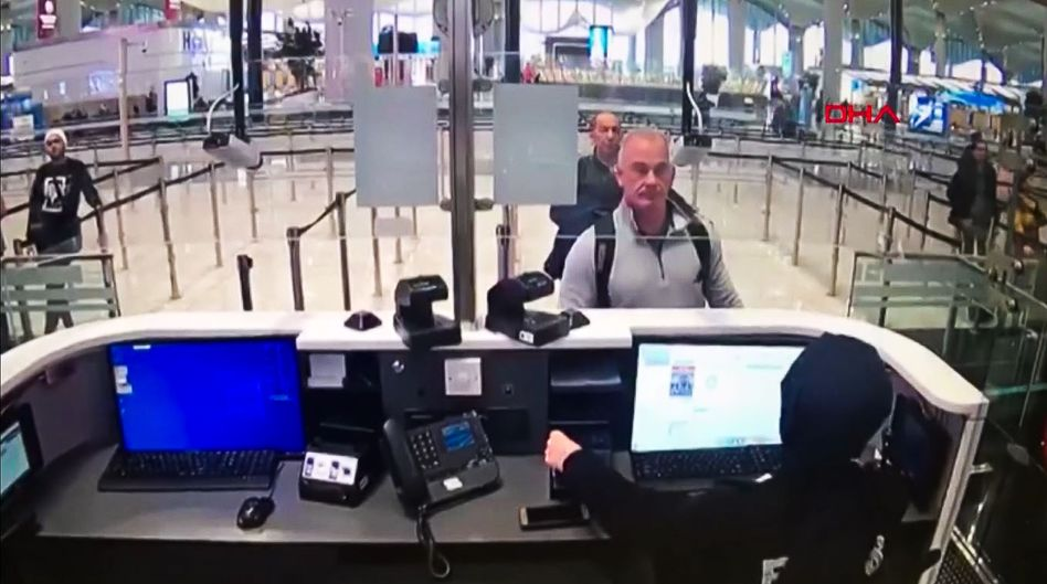 Michael Taylor (vorn rechts) am Flughafen Istanbul