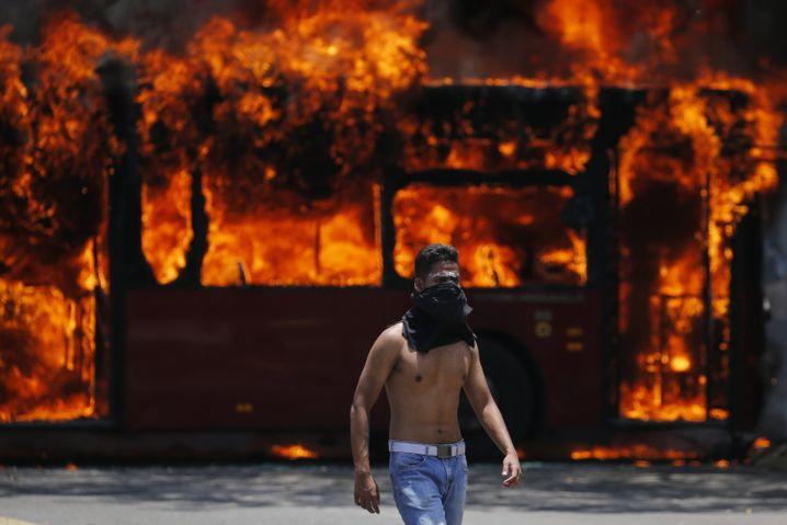 Maduro-Gegner bei Straßenschlacht am 30. April in Caracas